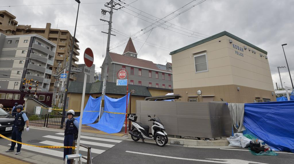 警察官が刺された大阪市吹田市の交番(右)=16日8時24分、大阪府吹田市(須谷友郁撮影)
