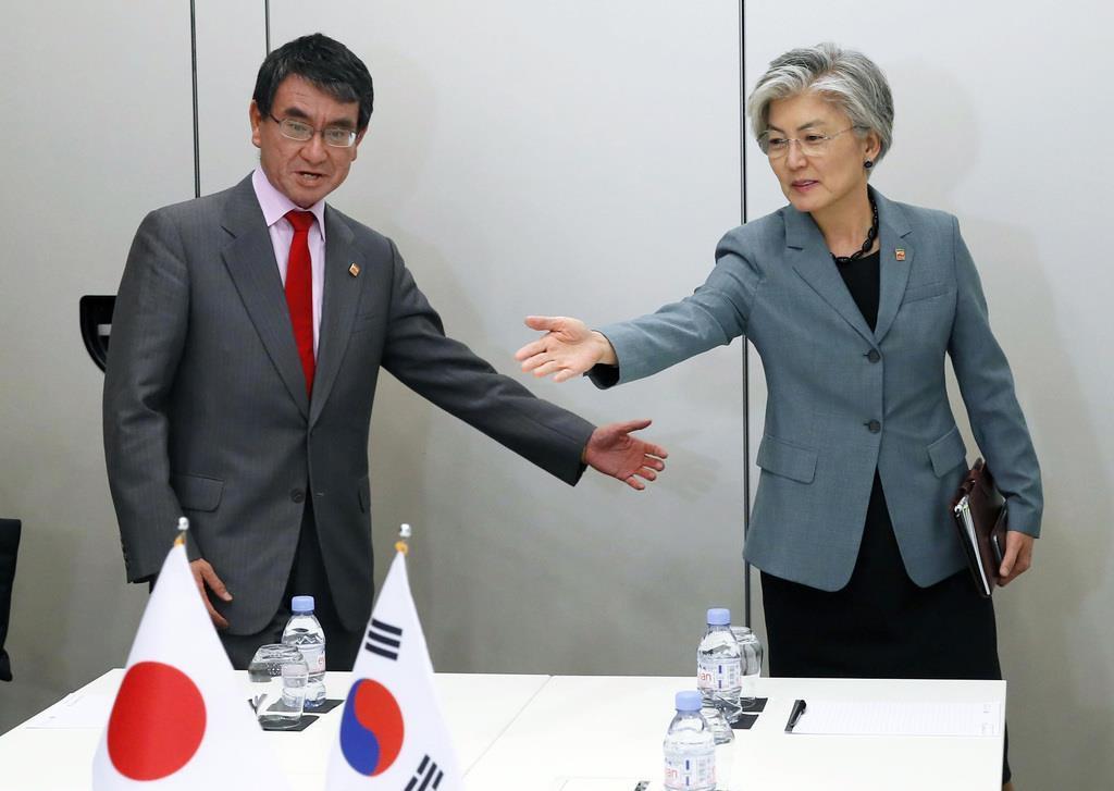 日韓外相会談に臨んだ韓国の康京和外相(右)と河野外相=5月23日、パリ(AP)
