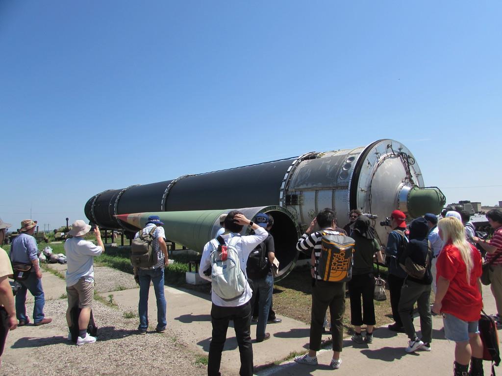 大陸間弾道弾を見学するツアー客ら=14日、ウクライナ中南部