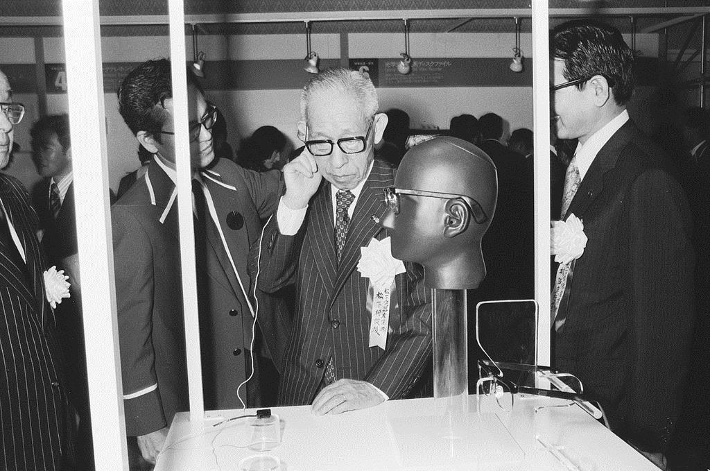 創業60年を記念して開催された「松下電器技術展」で骨導型補聴器を試す松下幸之助相談役(当時)=昭和53年9月、東京都港区