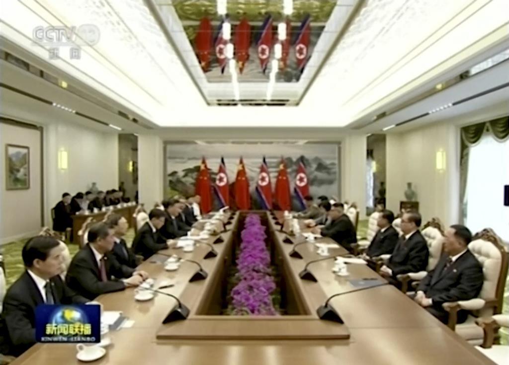 中国中央テレビが20日放映した、平壌で会談する中国の習近平国家主席(左手前から5人目)と北朝鮮の金正恩朝鮮労働党委員長(右手前から4人目)(AP)