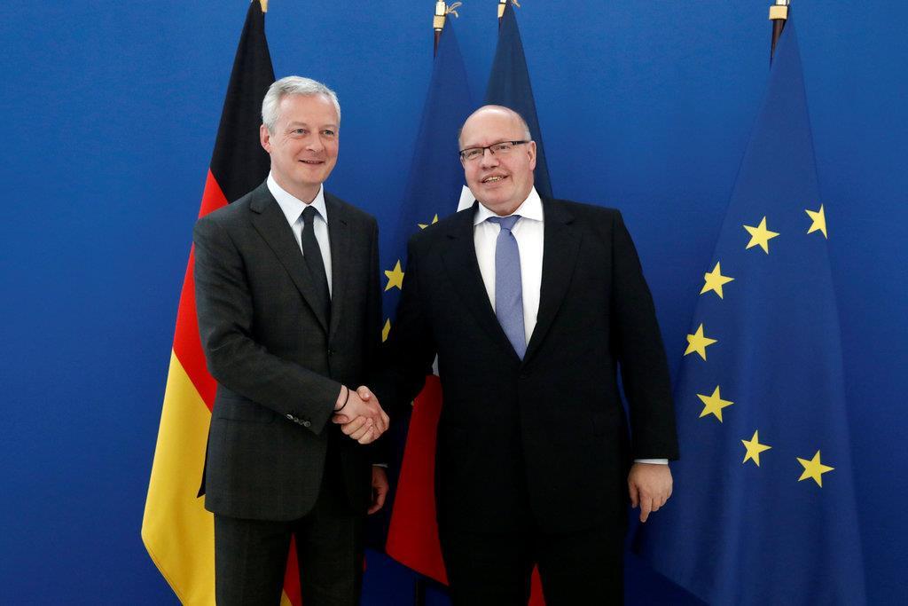 EV電池連合の結成で握手するルメール仏経済・財務相(左)とアルトマイヤー独経済相=5月2日、パリ(ロイター)
