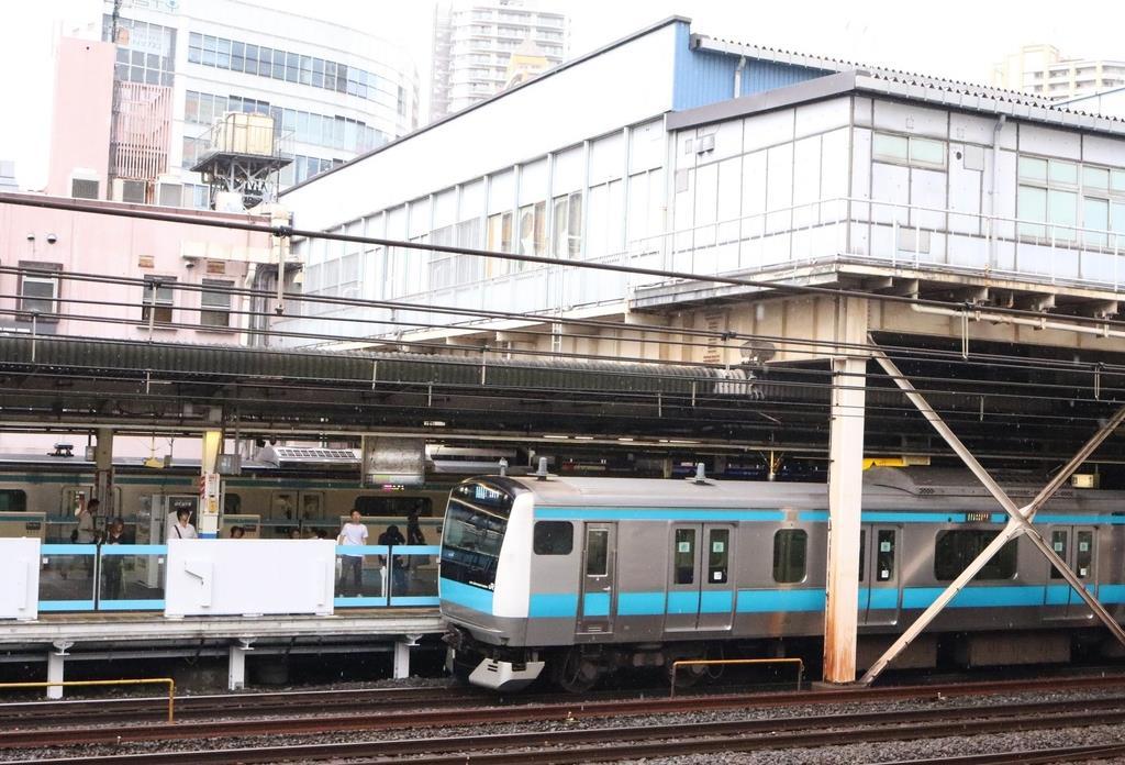 JR京浜東北線しか停車しない川口駅のホーム。中距離列車は手前の線路を通過する=川口市栄町