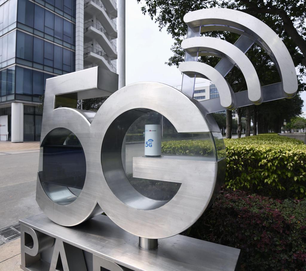 中国広東省深セン市の華為技術(ファーウェイ)本社前にある5Gのオブジェ=3月(共同)