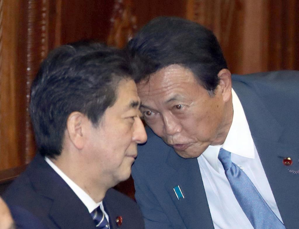 衆院本会議に臨む安倍晋三首相と麻生太郎副総理兼財務相(右)=21日午後、国会(春名中撮影)