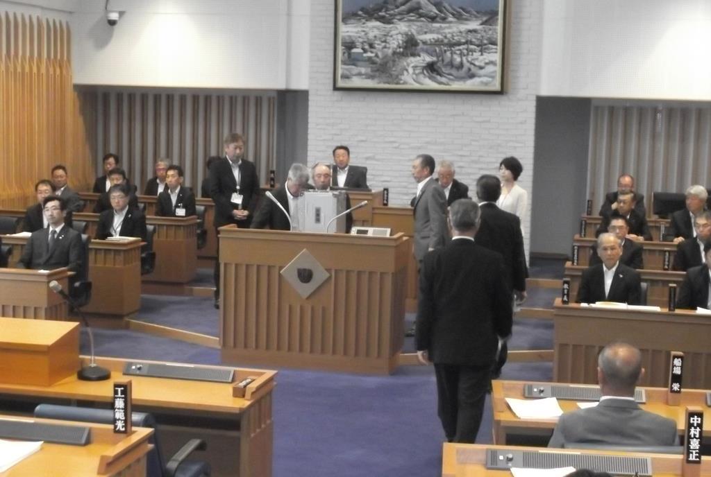 自主解散の採決をめぐって投票が行われた青森県三戸町議会=12日(福田徳行撮影)