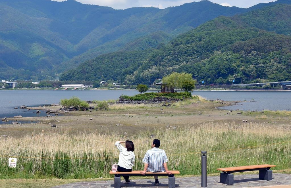 水位の低下で地続きになっている河口湖の島=山梨県富士河口湖町(渡辺浩撮影)