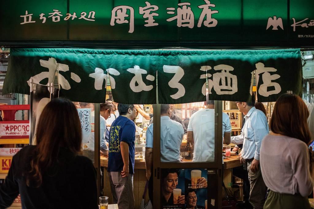 「大阪は喜んで立って飲む」で紹介された大阪の立ち飲み店の写真(モビディックブックス提供)