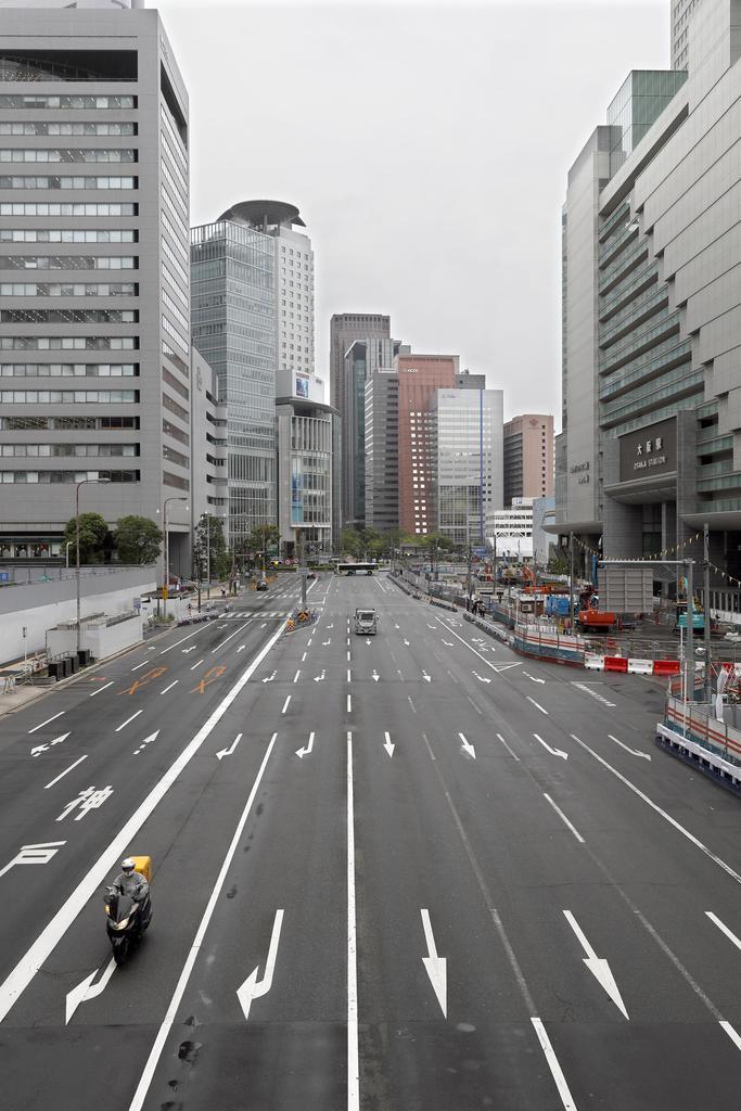 G20サミットを前に、閑散としたJR大阪駅前=27日午前10時18分