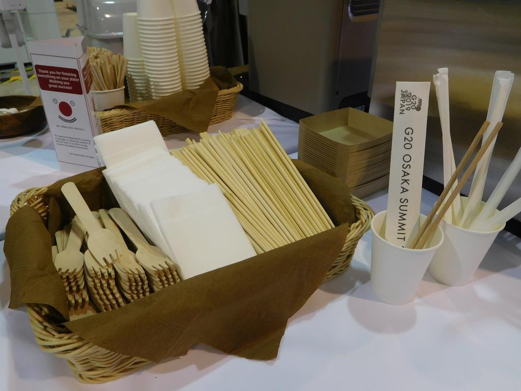 20カ国・地域(G20)首脳会議の国際メディアセンターで使われている木製の食器=大阪市住之江区のインテックス大阪