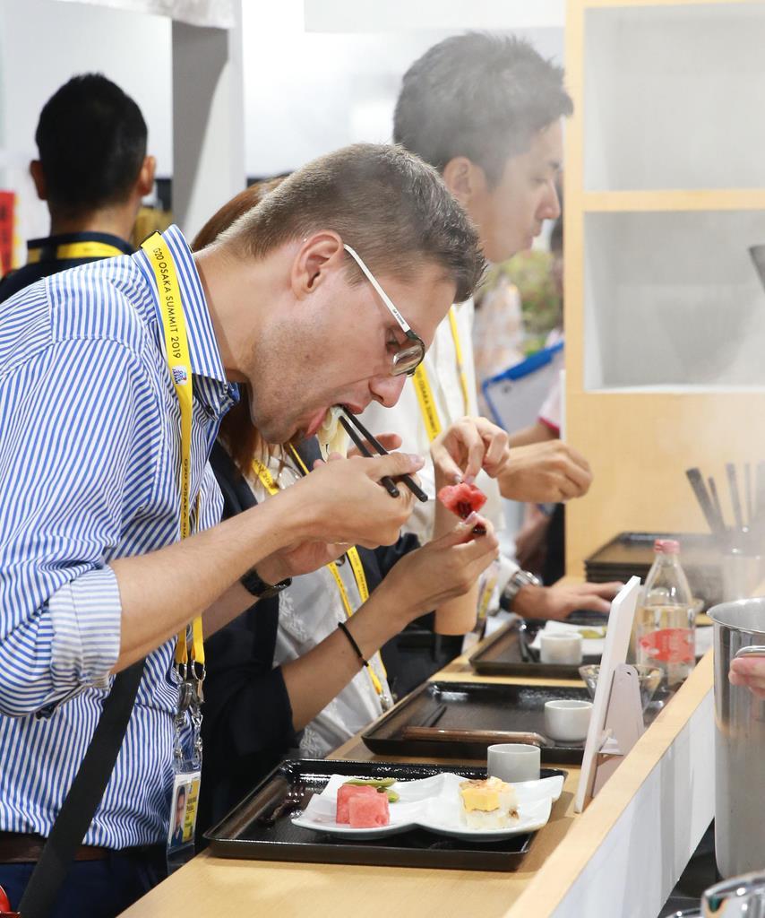 G20大阪サミット 和食を試食する報道関係者=27日午後2時32分、大阪市住之江区(鳥越瑞絵撮影)