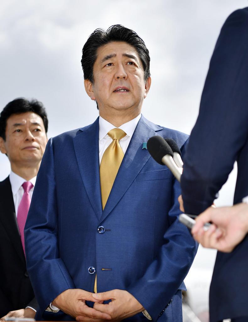 G20大阪サミットへの出発を前に、羽田空港で取材に応じる安倍首相=27日午前8時54分