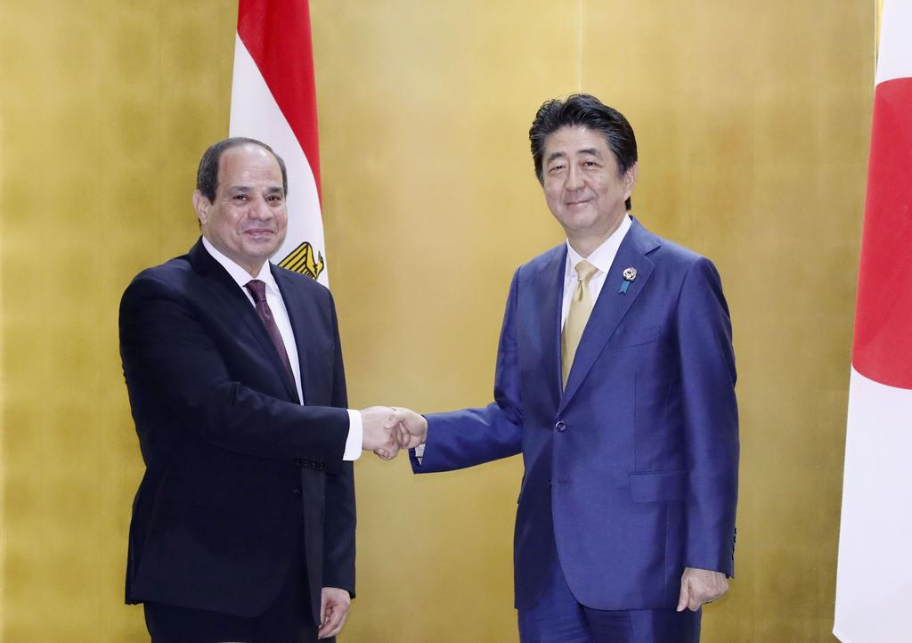 会談を前に握手するエジプトのシシ大統領(左)と安倍首相=27日午後、大阪市内のホテル(代表撮影)