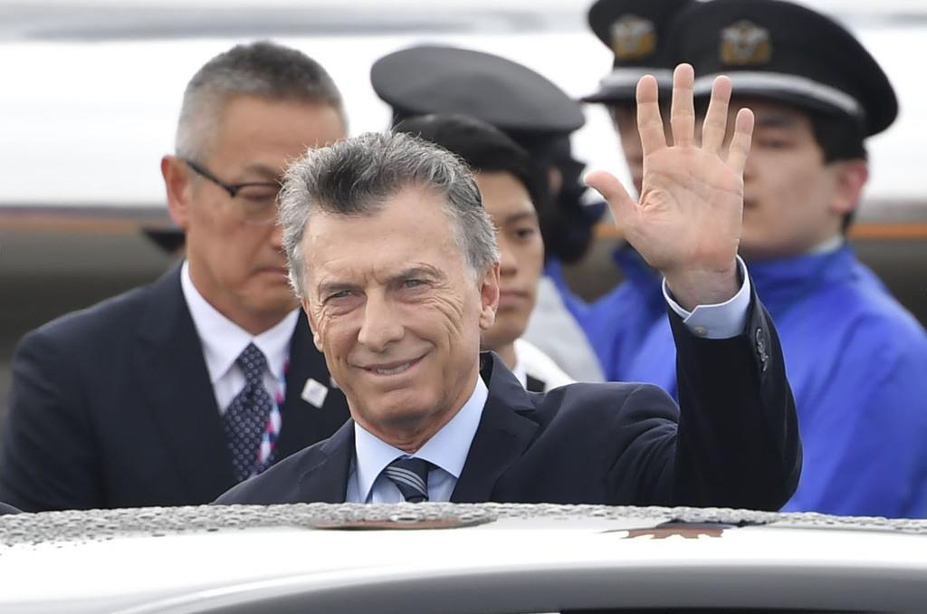 関西空港に到着し、手を振るアルゼンチンのマクリ大統領=27日午前
