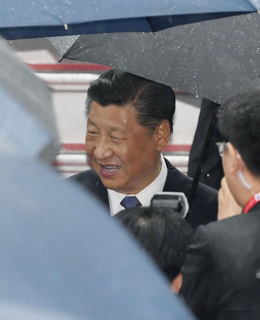 関西国際空港に到着した中国の習近平国家主席=27日午後1時23分