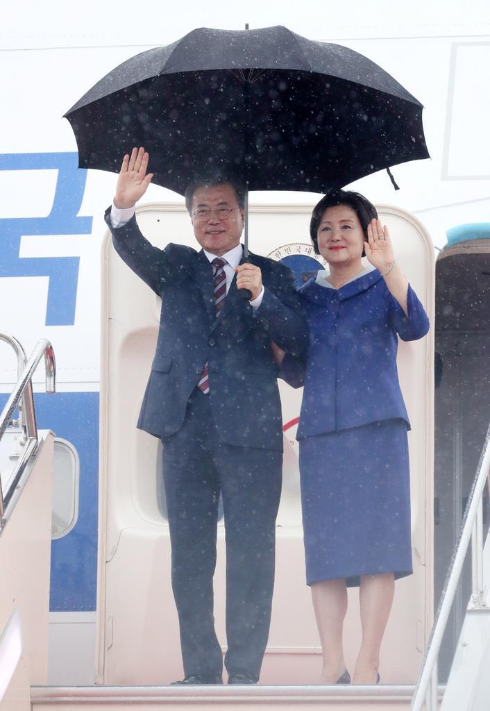 関西空港に到着した韓国の文在寅大統領と金正淑夫人=27日午後3時55分(代表撮影)