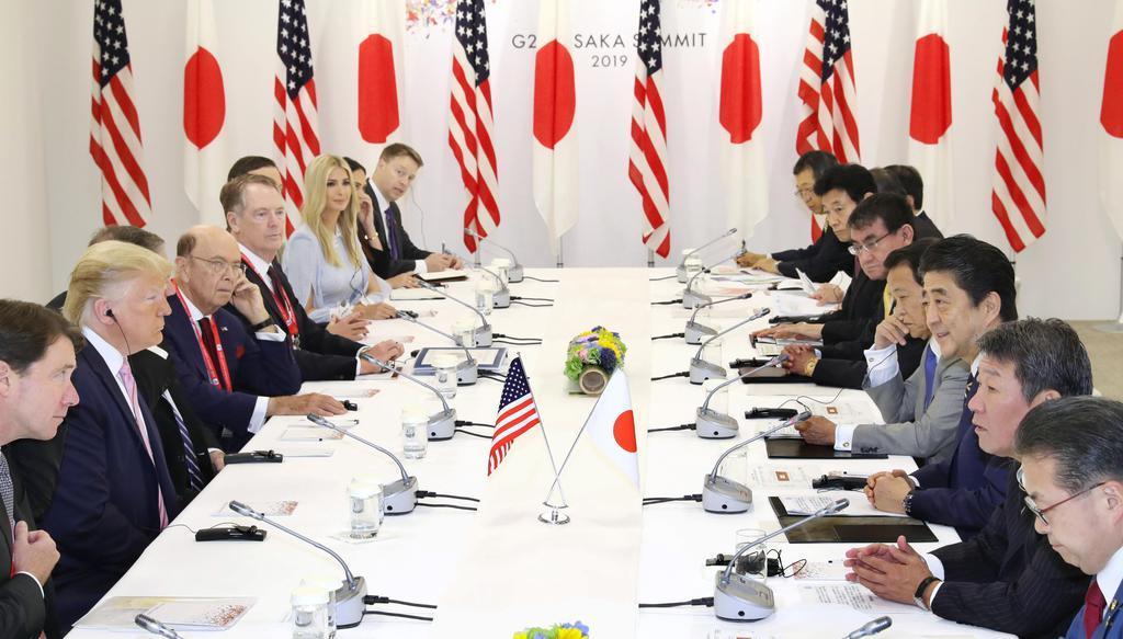 トランプ米大統領(左手前から2人目)と会談する安倍首相(右手前から3人目)=28日午前、大阪市(代表撮影)