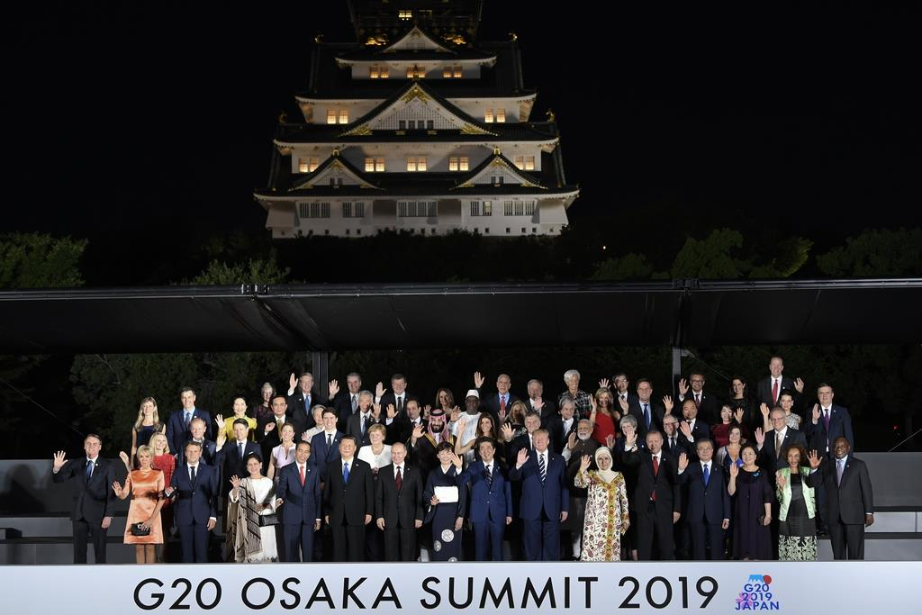 【G20】大阪城の前で記念撮影に臨む各国首脳ら=28日、大阪(AP)