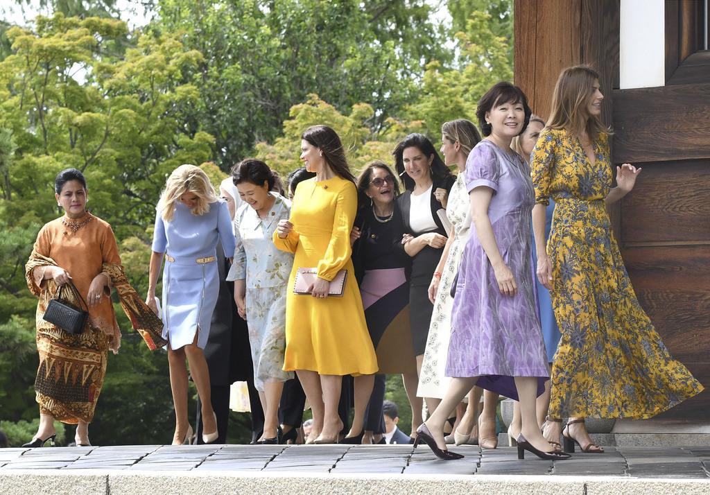 東福寺を訪れた各国首脳の配偶者ら。右手前は安倍昭恵首相夫人=28日午後、京都市東山区(代表撮影)