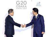 安倍首相、各国首脳を出迎え 韓国の文大統領とも握手