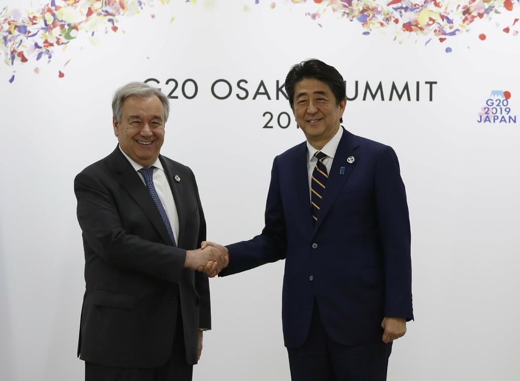 国連のグテレス事務総長(左)を歓迎する安倍首相(AP)