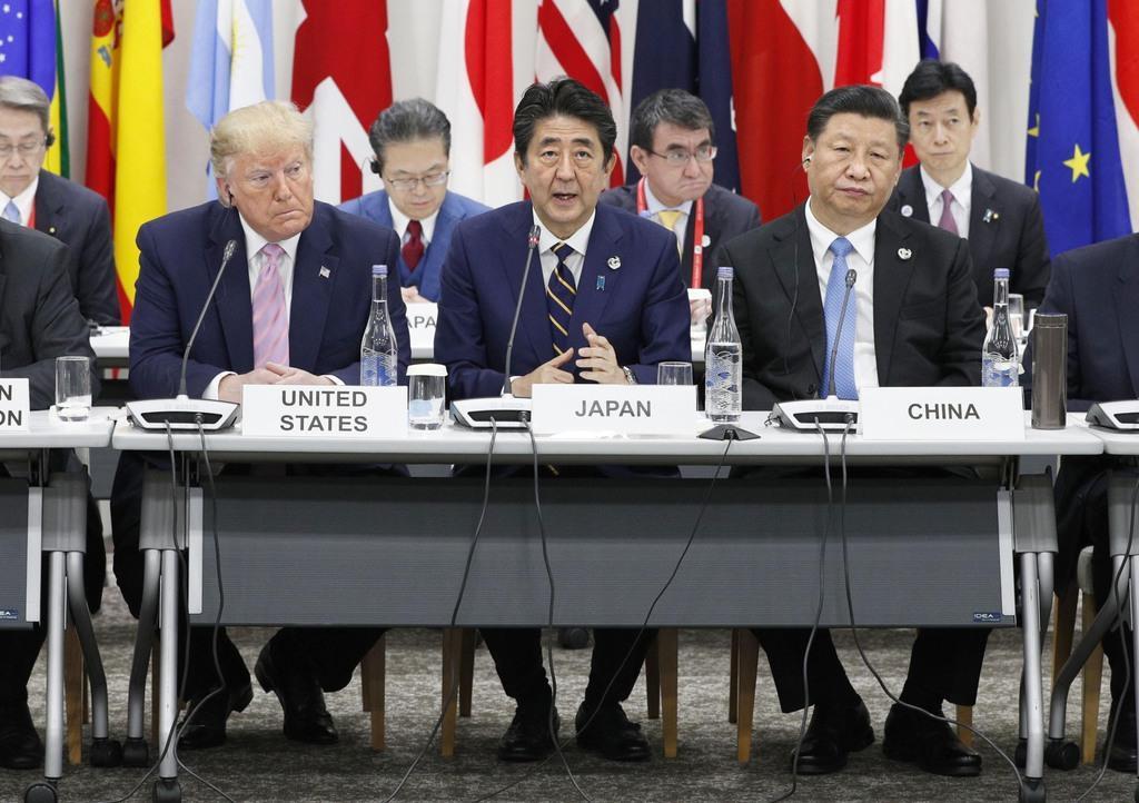 身長190cmのトランプ米大統領、175cmの安倍晋三首相、180cmの習近平中国国家主席が狭そうに座り…G20サミットで行われたデジタル経済に関する首脳特別イベント=28日午後0時23分、大阪市(代表撮影)