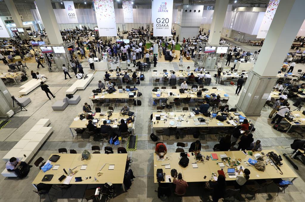 インテックス大阪にある国際メディアセンターは、メディア関係者であふれた=28日午前11時51分、大阪市住之江区(佐藤徳昭撮影)