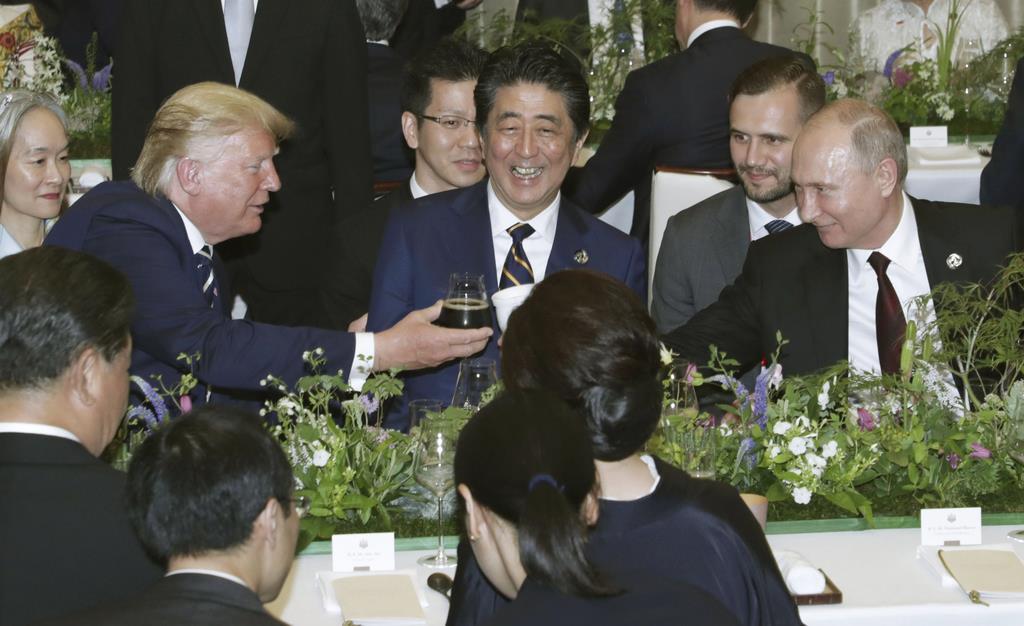 G20サミットの夕食会を楽しむ(左から)トランプ米大統領、安倍首相、ロシアのプーチン大統領=28日夜、大阪迎賓館