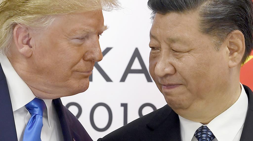 会談前に、あいさつを交わすトランプ米大統領(左)と中国の習近平国家主席(右)=29日午前、大阪(AP)