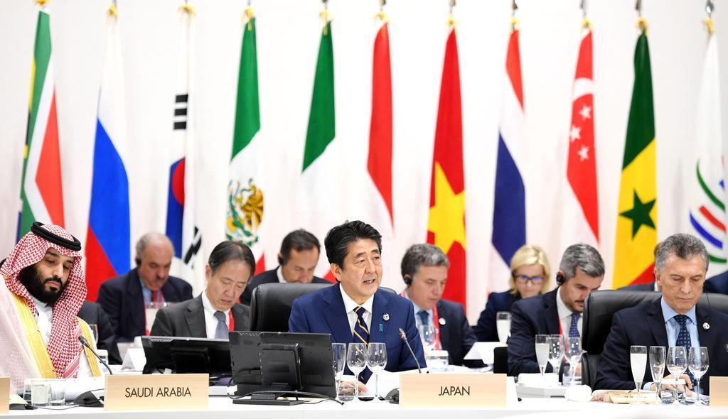 G20大阪サミットで発言する議長の安倍首相(中央)=28日午後、大阪市(代表撮影)