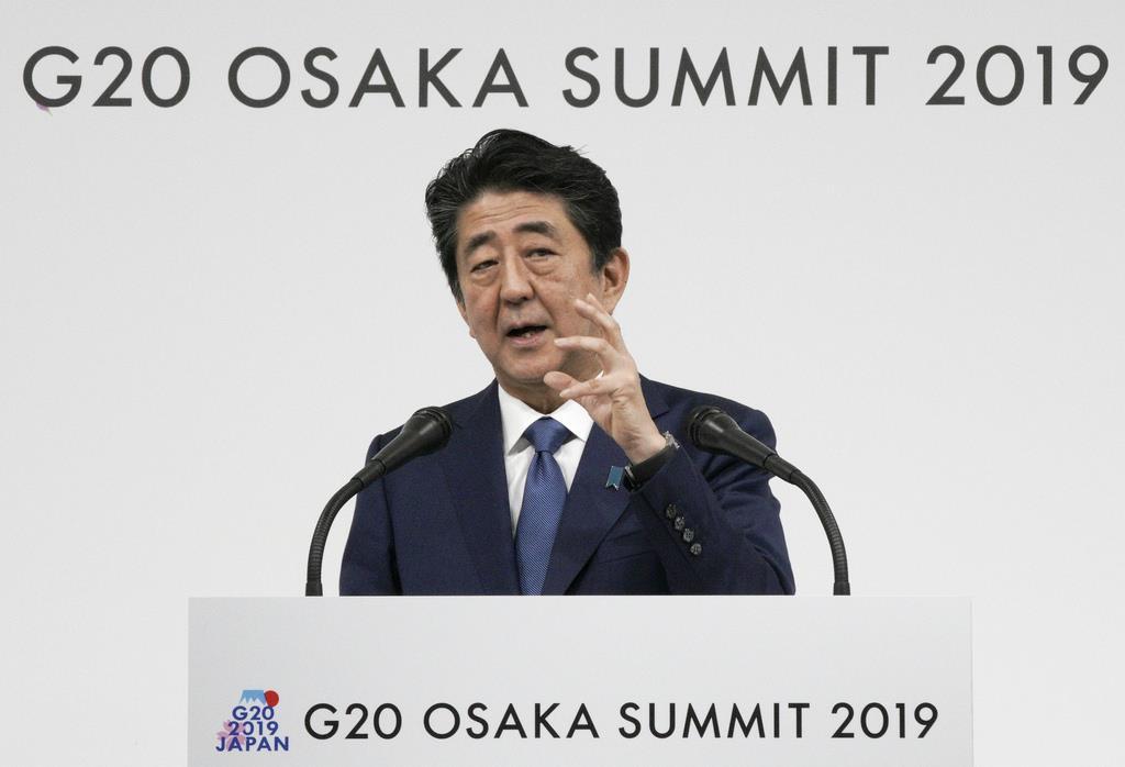 記者会見に臨む安倍晋三首相=29日、大阪市(ロイター)
