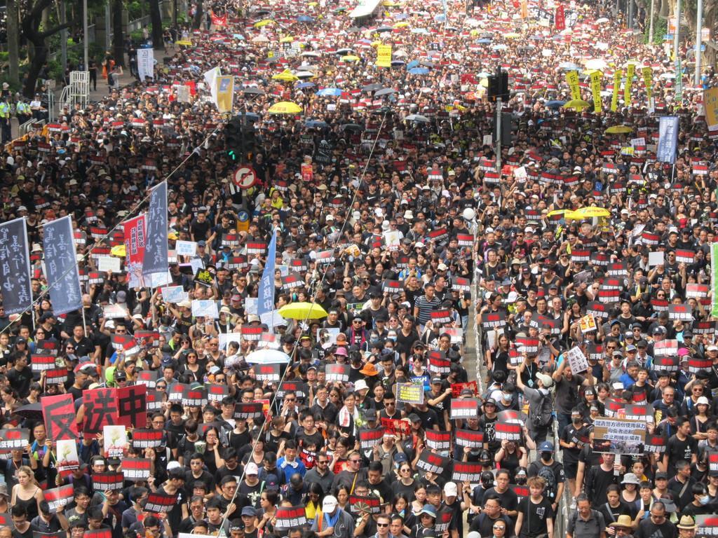 6月16日、香港で行われた「200万人」デモ(藤本欣也撮影)