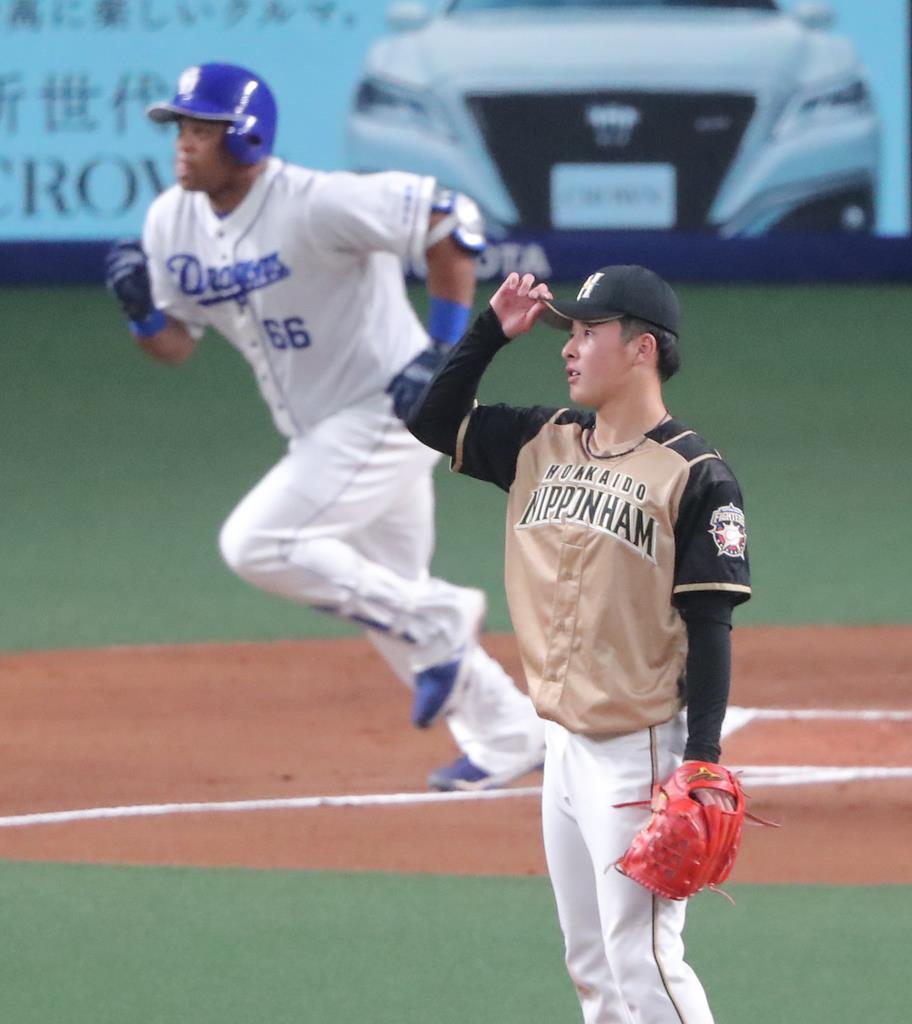 一回無死満塁の場面で、中日のビシエドに2点適時二塁打を浴びた日本ハムの吉田輝星=23日、ナゴヤドーム
