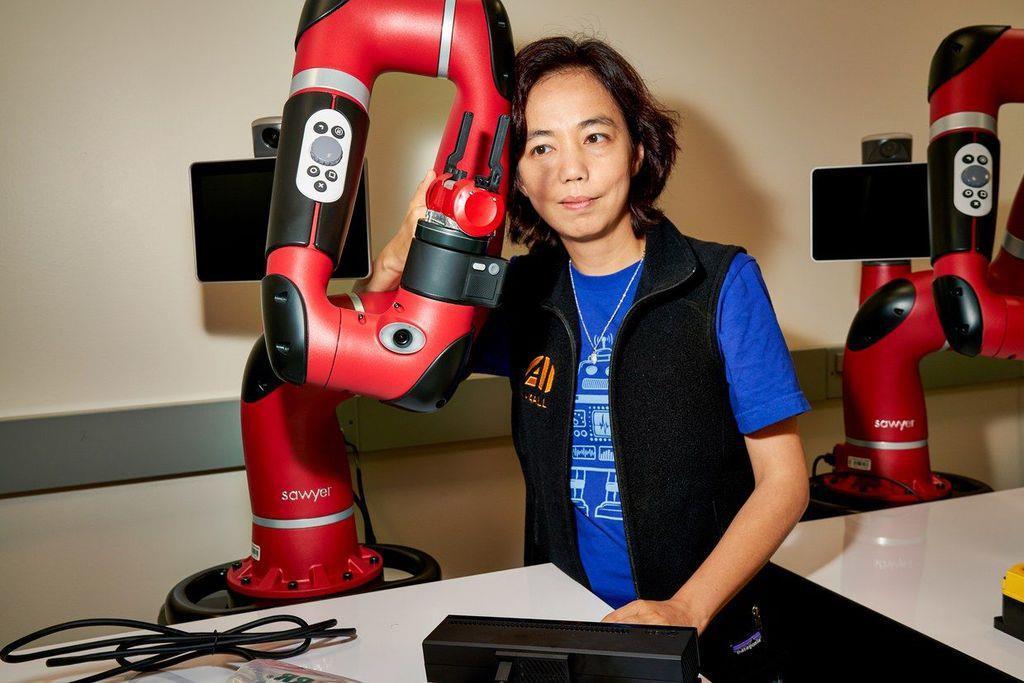 スタンフォード大学教授のリー・フェイフェイ(李飛飛)は、最近の人工知能(AI)ブームの立て役者だ。彼女は、AIを人間の役に立つようにする取り組みにもっと力を注ぐべきだと主張している。PHOTOGRAPH BY MICHELLE GROSKOPF