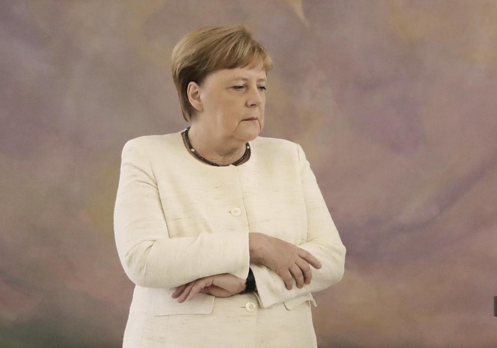 27日、ドイツ・ベルリンでの式典に出席したメルケル首相。体の震えが見られた(AP=共同)