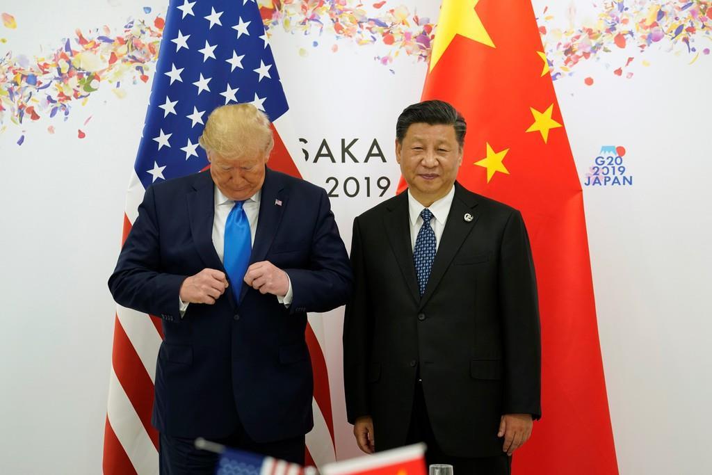首脳会談を前に撮影に応じるトランプ米大統領(左)と習近平・中国国家主席=29日、大阪市(ロイター)