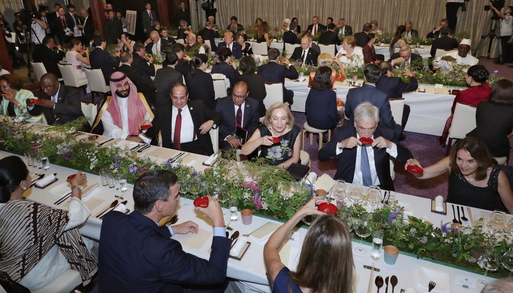 G20サミットの夕食会で乾杯する各国首脳ら=28日夜、大阪迎賓館