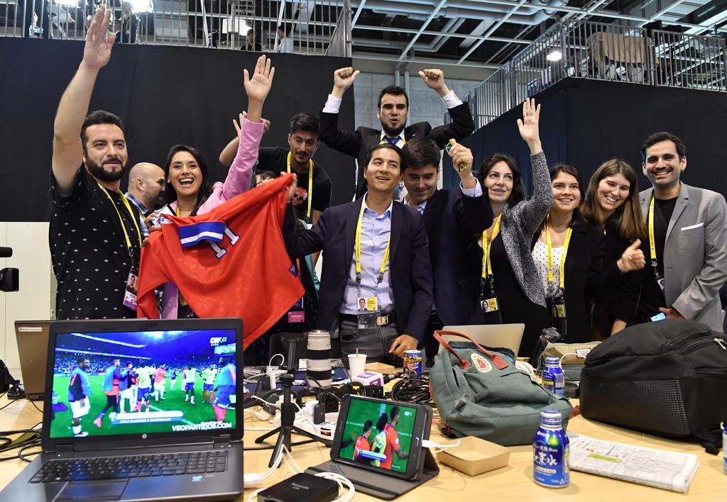 サッカーの南米選手権準々決勝でチリがコロンビアに勝ったことを、国際メディアセンターの一角で喜ぶチリの記者団=29日午前、大阪市住之江区(鴨川一也撮影)