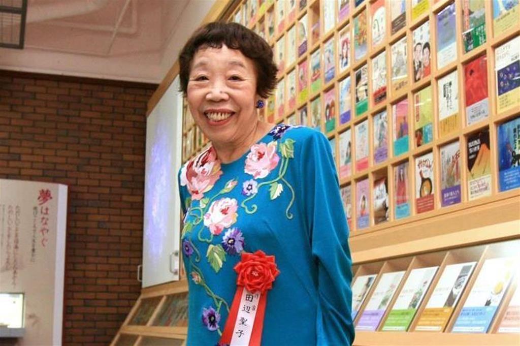 著書が並ぶ田辺聖子文学館内を見てまわる田辺聖子さん=平成19年6月、大阪府東大阪市