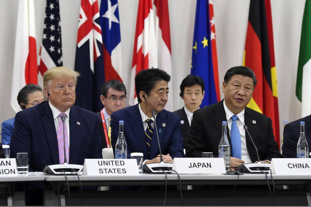 (左から)トランプ大統領、安倍首相、習国家主席=28日、大阪(AP)