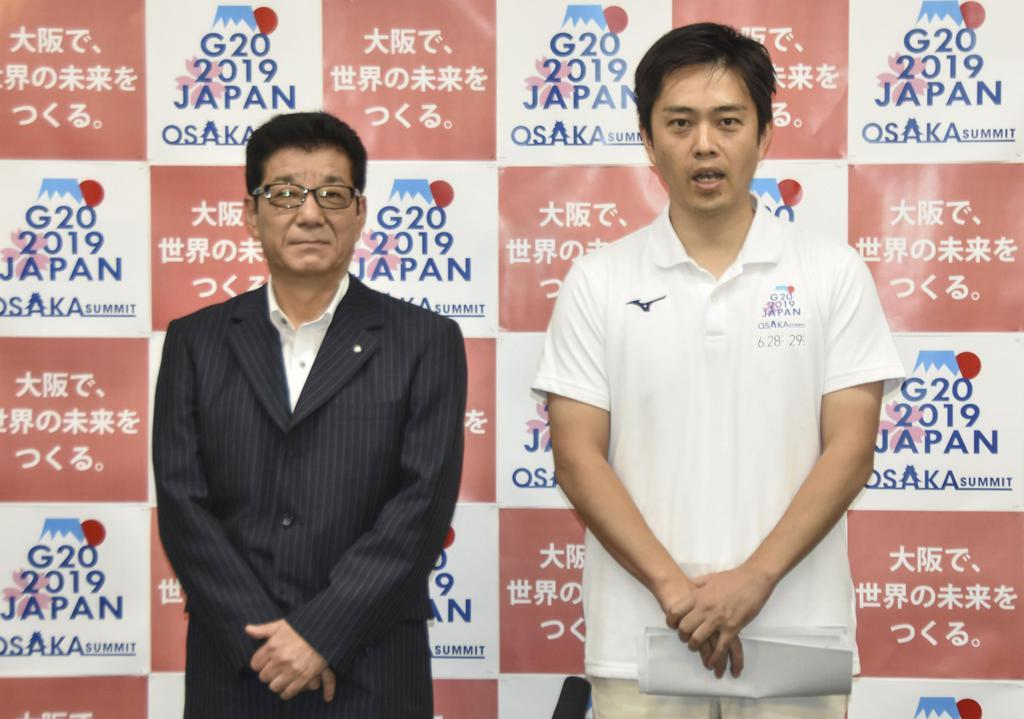 取材に応じる吉村洋文大阪府知事(右)と松井一郎大阪市長=30日、大阪府庁