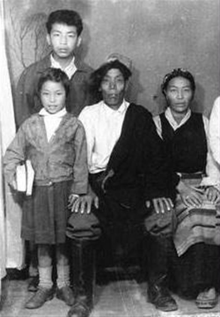 唯一の家族写真(左上から)ツワンさん、妹のヤンチェンさん、父、カルチェンさん、母、チメさん(1965年ごろ、インド・ダージリンにて)