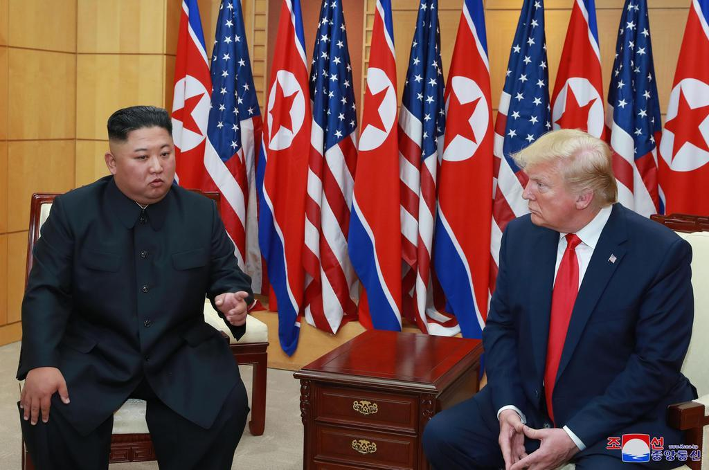 会談したトランプ米大統領(右)と北朝鮮の金正恩朝鮮労働党委員長=6月30日、板門店(朝鮮中央通信=共同)