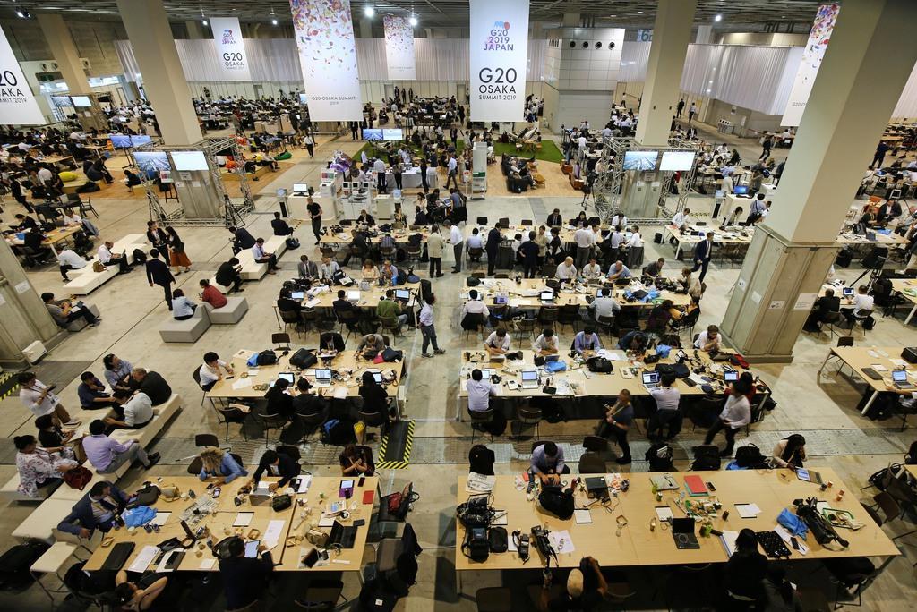 インテックス大阪の国際メディアセンター(IMC)では、大勢のメディア関係者で埋め尽くされていた=6月28日、大阪市住之江区(佐藤徳昭撮影)