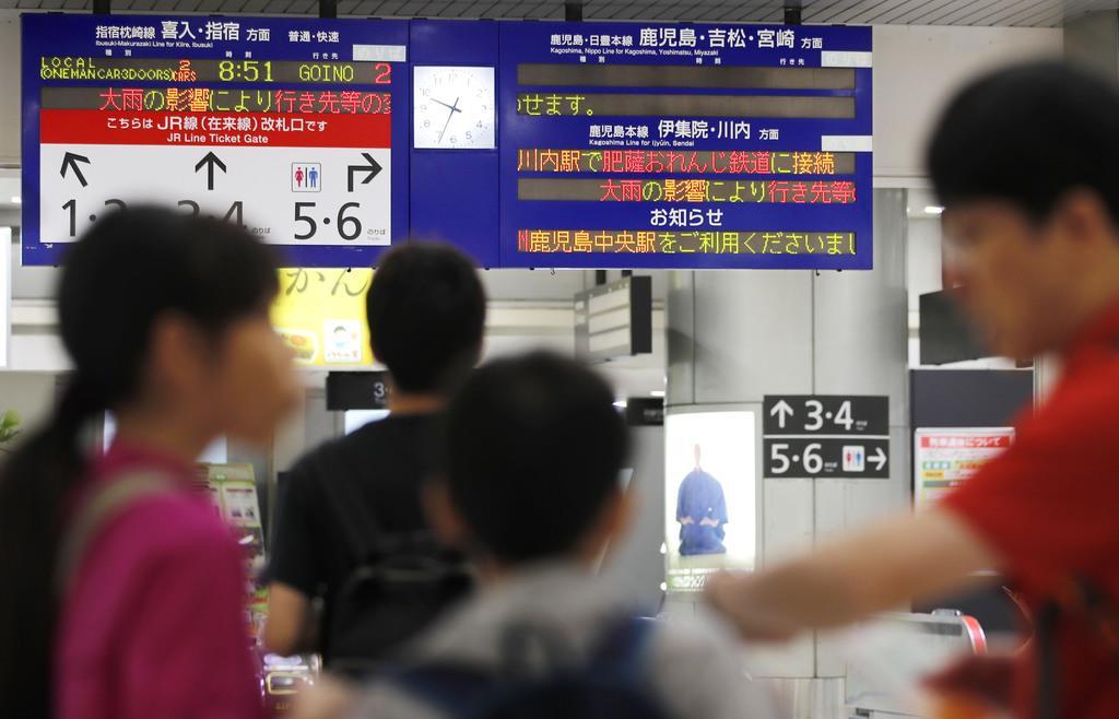 激しい雨の影響を伝えるJR鹿児島中央駅の電光掲示板=2日午前