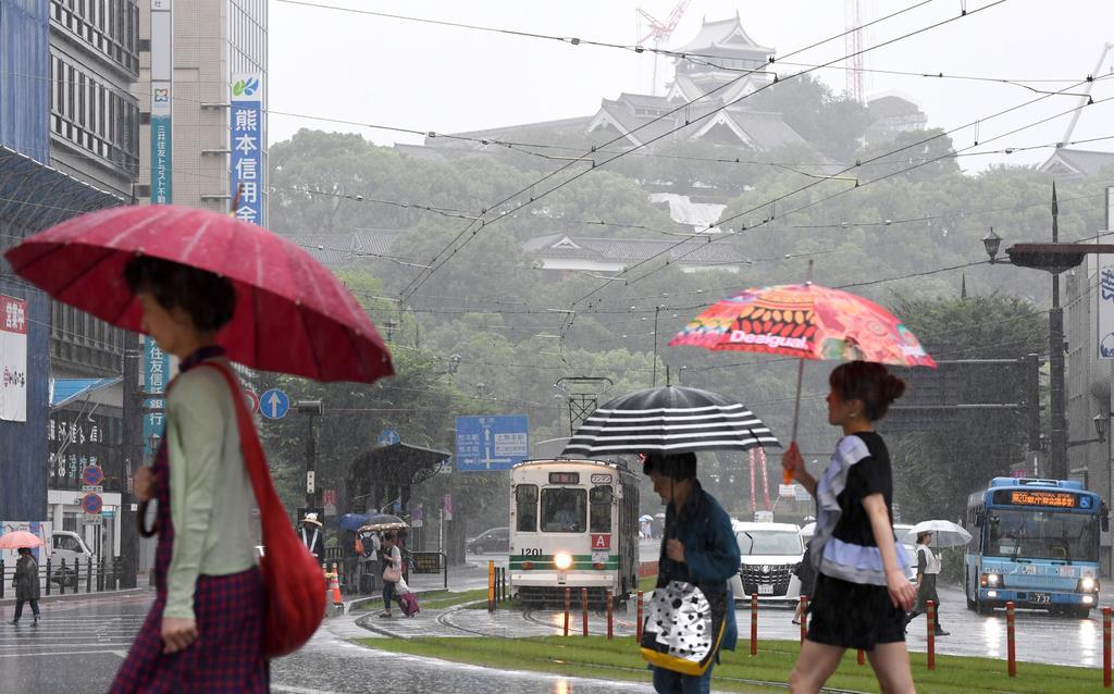 雨が降りしきる熊本市街=3日午前9時49分、熊本市中央区(安元雄太撮影)
