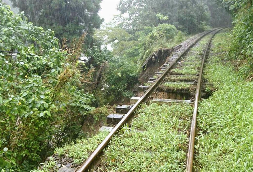 大雨の影響でレール下の土が流出したJR吉都線=2日、宮崎県小林市(JR九州提供)