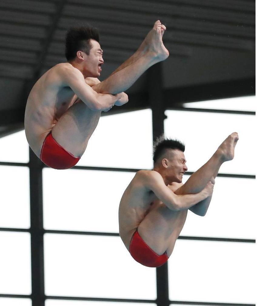 4月の日本室内選手権で男子シンクロ板飛び込みを制した寺内(右)、坂井組。世界選手権では東京五輪の個人種目内定第一号の期待がかかる=東京辰巳国際水泳場