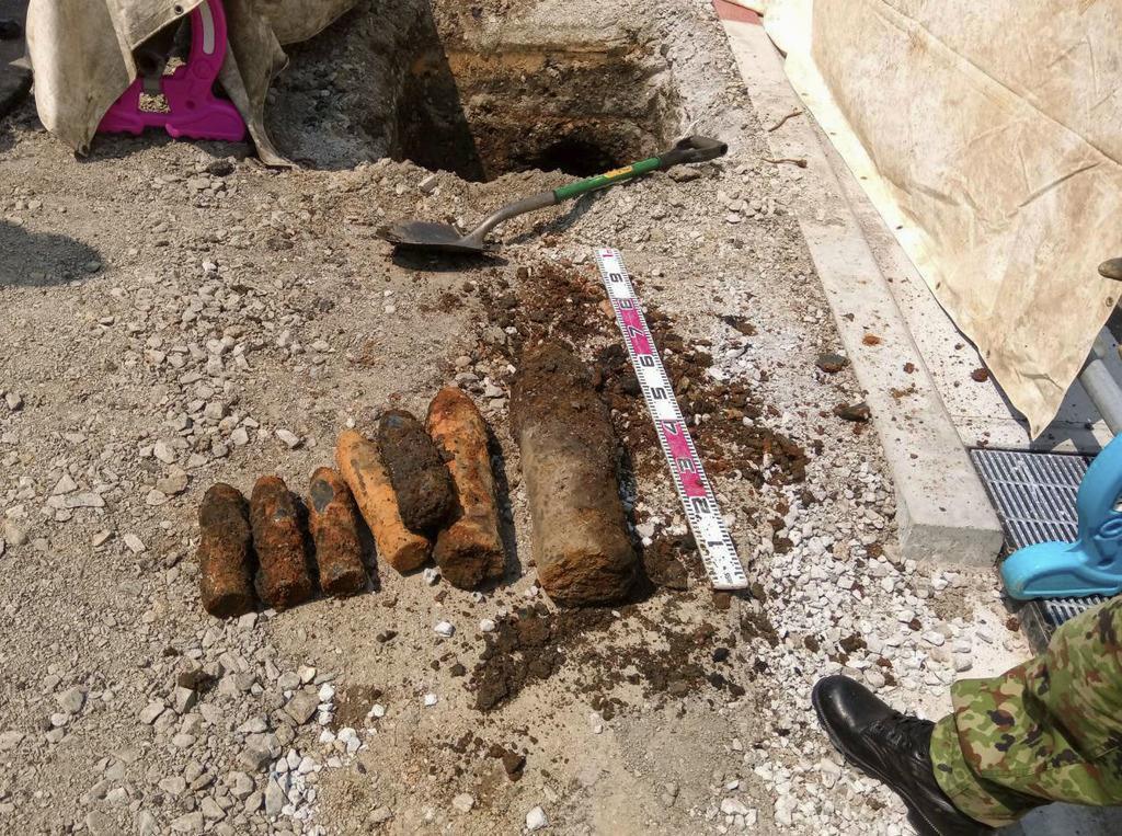 北九州市小倉北区片野新町で見つかった不発弾7発=6日(同市提供)
