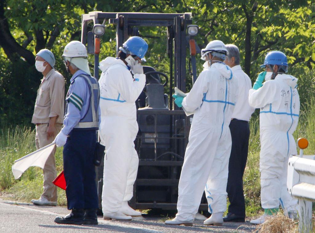 岐阜県では各地で養豚場で豚コレラが発生。防疫作業の準備をする作業員ら=写真は6月5日午後、同県山県市
